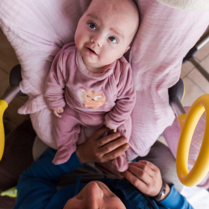 bébé-sourire-nourrisson-vue-plongeante